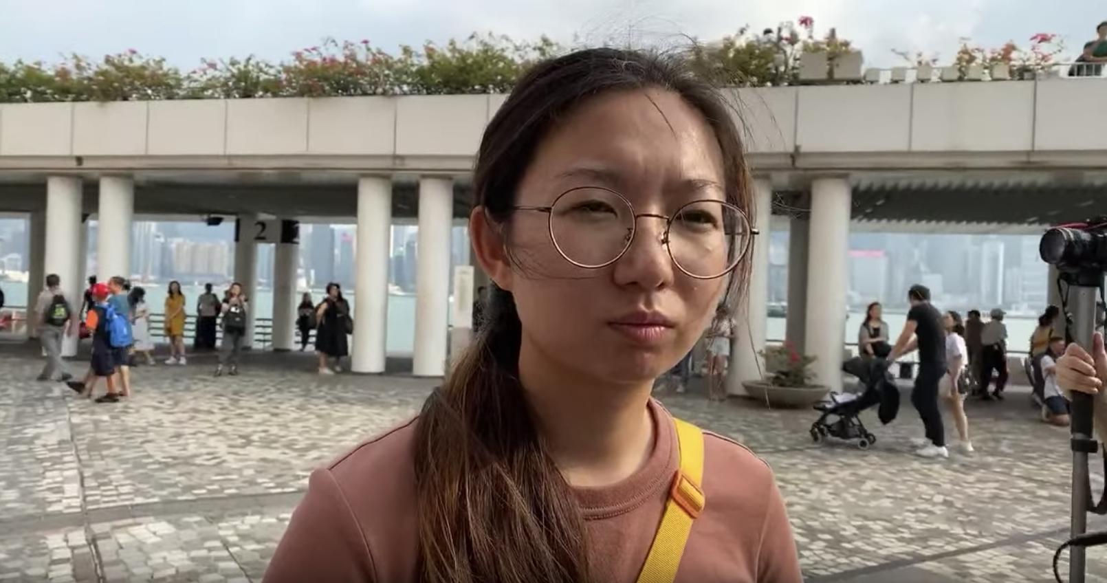 香港警察濫用暴力和侵犯人權展的主辦者之一楊小姐接受《大紀元》採訪。(駱亞/大紀元)