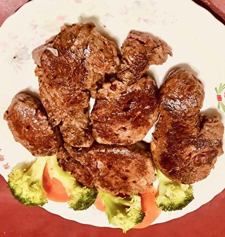 厚达4、5公分的菲力牛排,从五分熟到九分熟都可吃到鲜嫩口感。