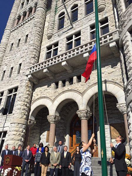 經文處處長徐儷文(前排左五)與聯邦參議員John Katko與雪城市市長Ben Walsh 等政要參加雪城雙十國慶升旗典禮。