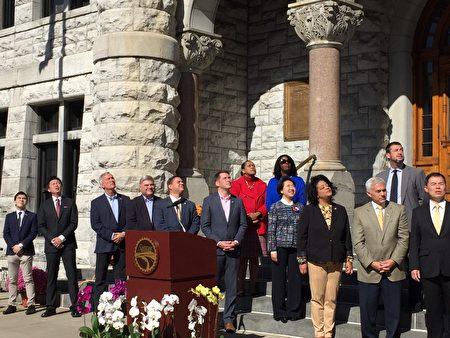 經文處處長徐儷文(前排右四)與聯邦參議員John Katko與雪城市市長Ben Walsh等政要參加雪城雙十國慶升旗典禮。