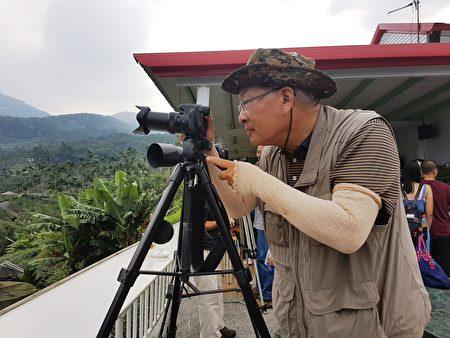 荒野保護協會嘉義分會解說員蘇家弘在草本傳奇拍攝黃頭鷺南飛畫面。