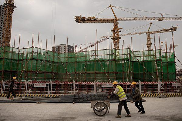 在扎克海姆看來,失去香港作為金融中心的地位將加劇中國經濟日益惡化。圖為北京一處建設工地的工人。(AFP)