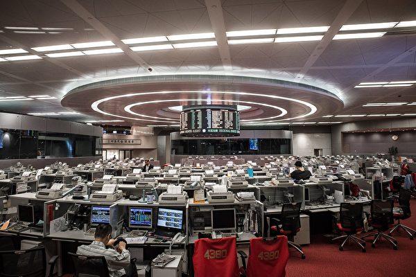 香港股市是中國企業最重要的股權融資平台。自2015年至今以來五年間中企在香港交易所IPO募集了來自全世界超過1000億美元,突圍香港股市交易所。(AFP)