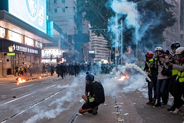 """大游行对阵大阅兵 北京香港""""烟火""""两重天"""