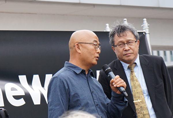 2019年10月17日中午,在法蘭克福國際書展的中心——Agora露天廣場中,書展主辦方與多個國際組織聯合舉辦了撐傘集會,聲援言論自由,聲援香港書商桂民海,聲援香港自由運動。圖為作家廖亦武(左)在集會上發言,台灣駐德代表謝志偉博士(右)做同聲翻譯。(祝蘭/大紀元)