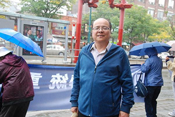 多倫多退黨服務中心發言人王工石說:「今天來到這裏展示真相長城,是為了告訴可貴的華人同胞,脫離邪惡的中共,退黨保平安!」(伊鈴/大紀元)