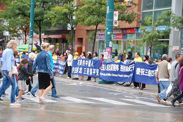 多倫多部份法輪功學員於9月28日在中區唐人街拉橫幅,築「真相長城」,聲援三億四千萬中國勇士退出中共黨、團、隊組織。(伊鈴/大紀元)