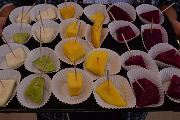 图:台湾优质水果在大温哥华的免费试吃,大受欢迎。(邱晨/大纪元)