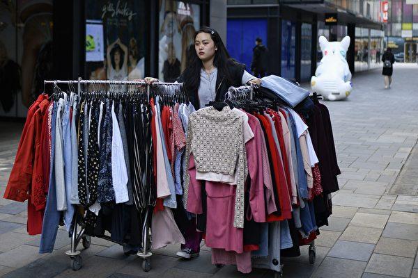 受到40年獨生子女政策的影響,現有就業人口能繳納的保費有限。80後能不能領到養老金也成問題。(WANG ZHAO/AFP/Getty Images)