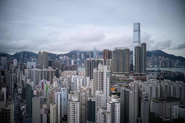 專家認為,近期資金流出香港,香港當局的金融防險措施已進入警界限。(ANTHONY WALLACE/AFP/Getty Images)