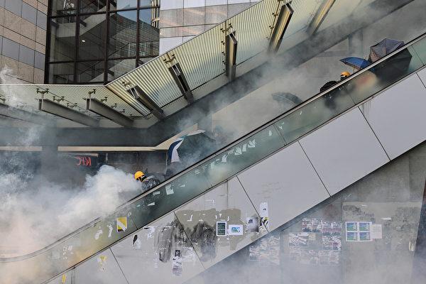 10月1日,警方在金鐘發射催淚彈。(NICOLAS ASFOURI/AFP/Getty Images)
