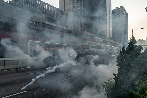 10月1日,警方在黃大仙發射催淚彈。(Anthony Kwan/Getty Images)
