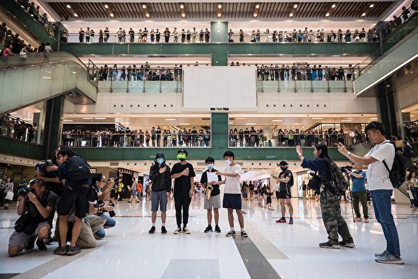 10月12日,沙田新城市廣場有數百民眾聚集中庭,高喊「光復香港 時代革命」等口號。(DALE DE LA REY/AFP via Getty Images)