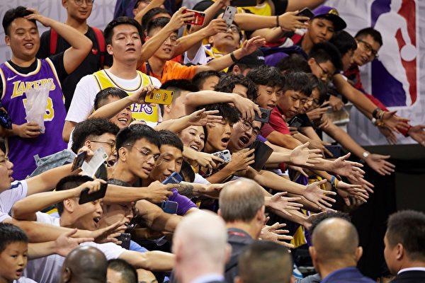 10月12日,NBA深圳比賽爆滿,球迷熱情與球員互動。(STR/AFP via Getty Images)