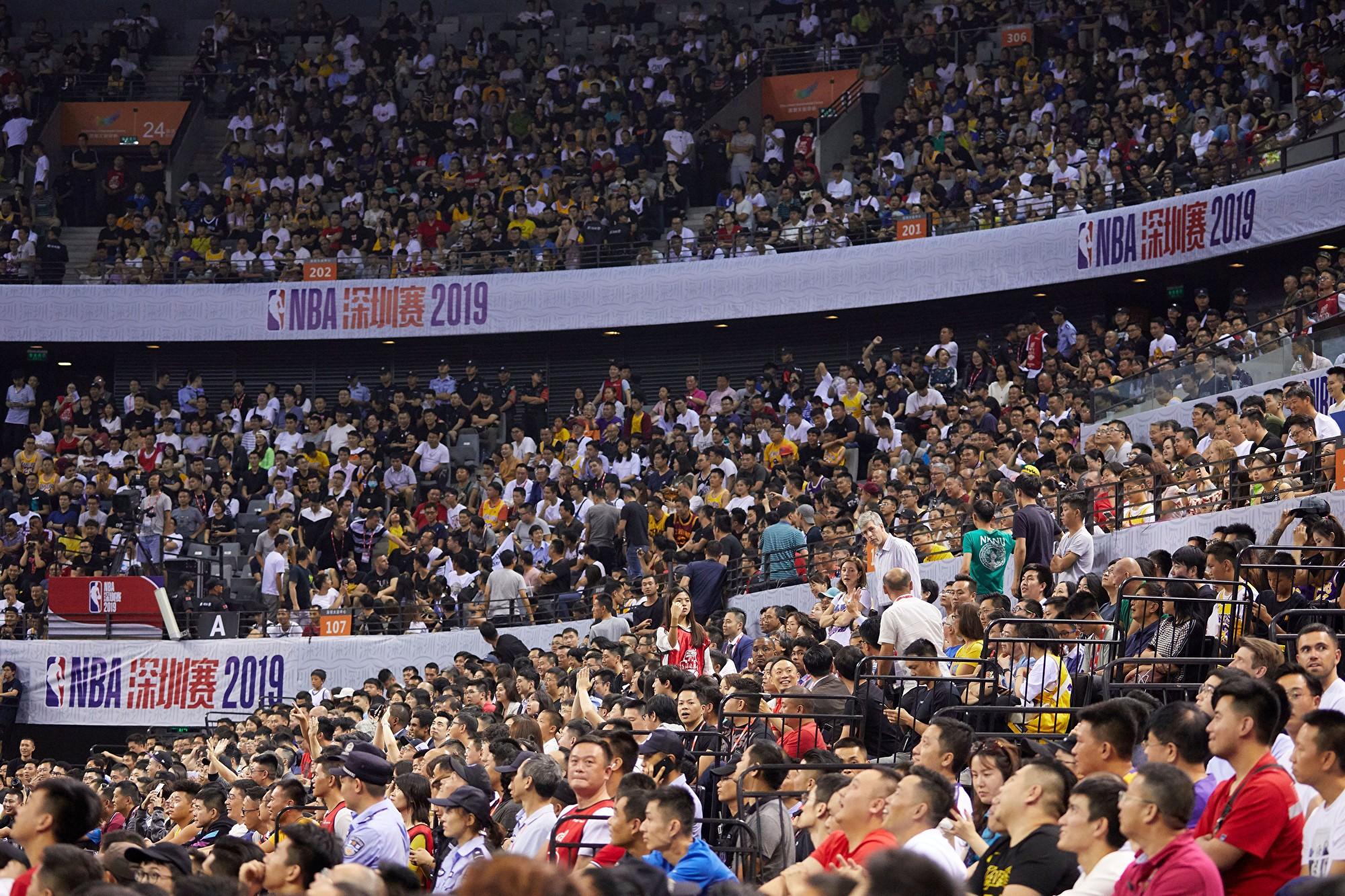 10月12日,NBA深圳比賽觀眾爆滿。(STR/AFP via Getty Images)