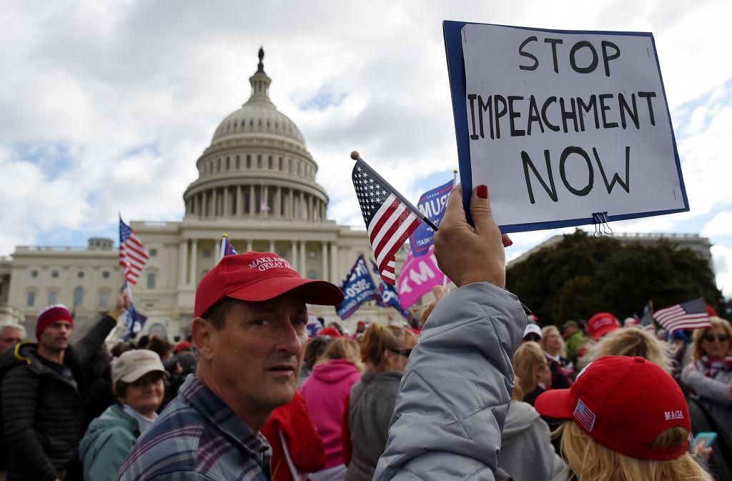 特朗普總統的支持者於2019年10月17日在華盛頓DC的美國國會大廈前舉行「停止彈劾」集會。(OLIVIER DOULIERY/AFP via Getty Images)