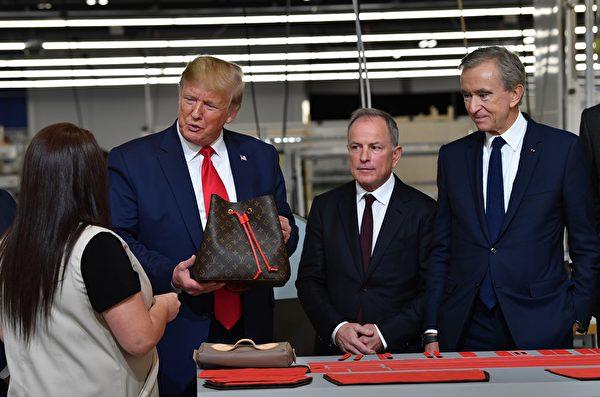 10月17日,特朗普總統在德州的路易・威登(Louis Vuitton)新廠與工人交談。(Photo by NICHOLAS KAMM/AFP via Getty Images)