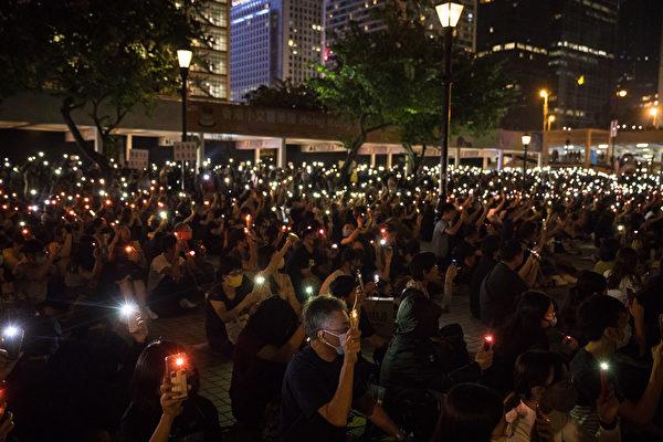 2019年10月19日晚,港人在愛丁堡廣場舉行國際人道救援祈禱會。(DALE DE LA REY/AFP via Getty Images)