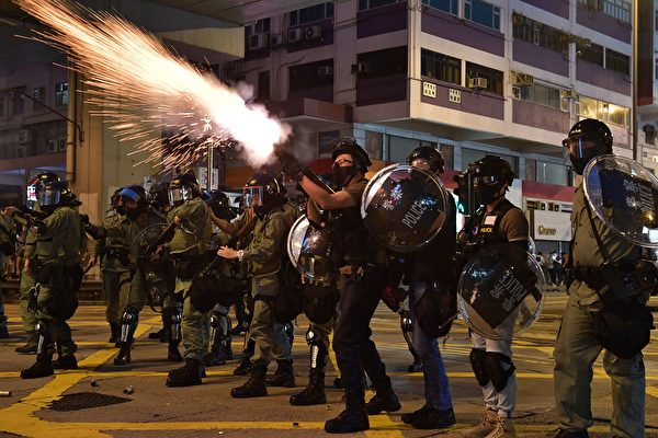 10月20日,警方在旺角發射催淚彈。(ED JONES/AFP via Getty Images)