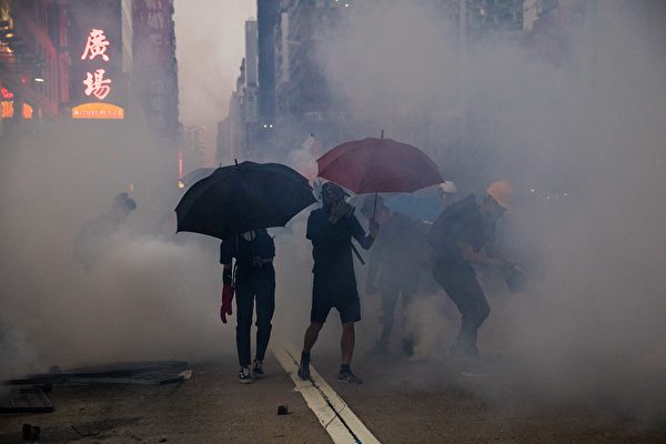 10月20日,防暴警察在旺角發射催淚彈。(DALE DE LA REY/AFP via Getty Images)