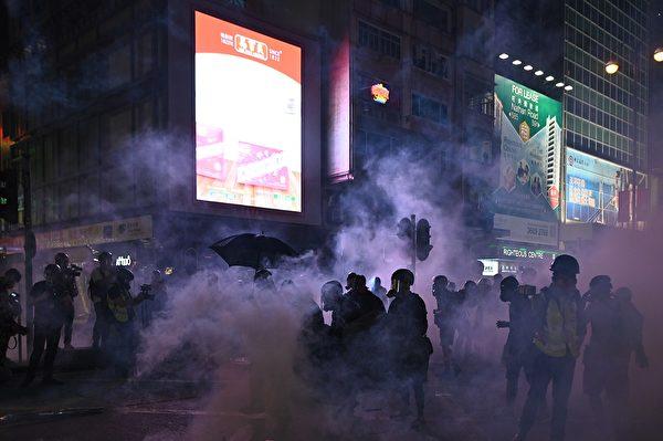 10月20日,防暴警察在旺角發射催淚彈。(PHILIP FONG/AFP via Getty Images)