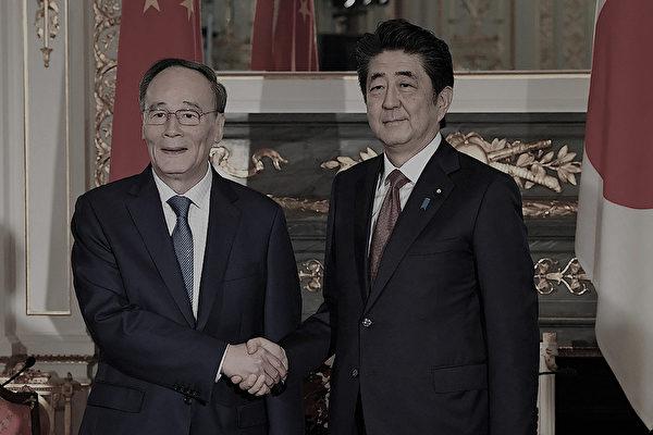 10月23日,日本首相安倍晋三与中共副主席王岐山会谈。(JIJI PRESS/AFP via Getty Images)