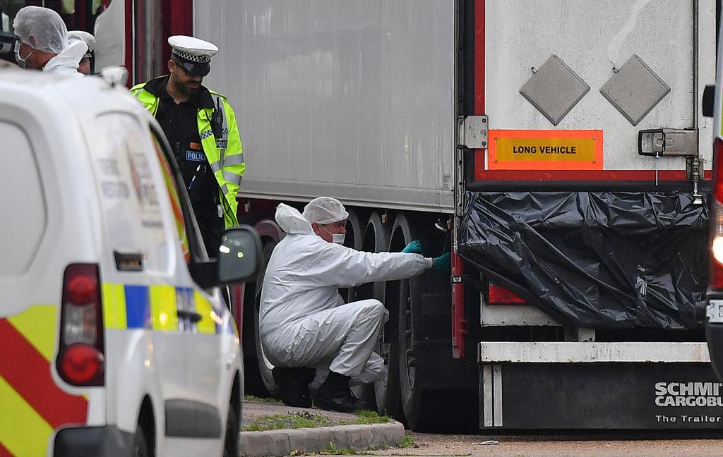 39人偷渡慘死案最新進展,據英國柴郡警方的逮捕令,來自沃靈頓( Warrington)的一名38歲的男人和一名38歲的女人被捕,他們涉嫌販運人口罪和39項過失殺人罪。(Ben STANSALL/AFP)