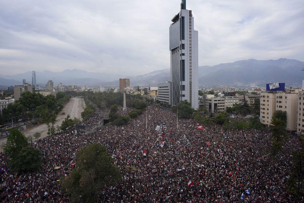 智利百萬人上街要求改革 籲總統辭職