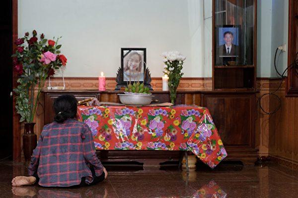 19歲越南女孩裴氏絨(Bui Thi Nhung)的家人認為她可能是遇難者之一。圖為女孩的家鄉親朋在為她祈禱。(TRAN THI MINH HA/AFP via Getty Images)
