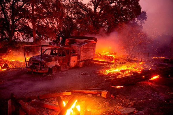圖為2019年10月27日,加州希爾茲堡(Healdsburg)被Kincade大火肆虐。(JOSH EDELSON/AFP via Getty Images)