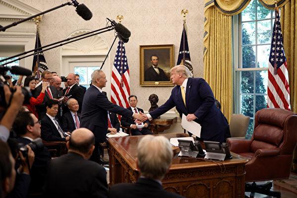 2019年10月11日,中美貿易談判落下帷幕,美國總統特朗普在白宮接見中共副總理劉鶴時表示,雙方達成了相當實質性的第一階段協議。(Win McNamee/Getty Images)
