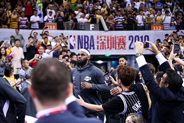 10月12日,NBA深圳比賽爆滿,球員出場,觀眾歡呼。(Zhong Zhi/Getty Images)
