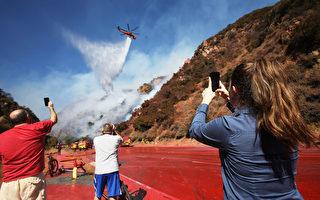 洛杉矶沿海山坡发生火灾 威胁豪宅