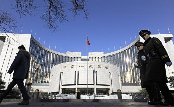 為防止資本外逃,中共央行推出一系列加強資本流動管理的措施,嚴控個人和企業購買外匯。(STR/AFP/Getty Images)