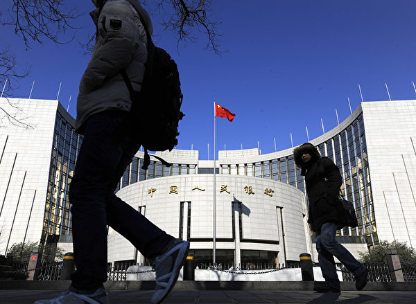 美國若進行「金融戰」,將造成中共央行的外匯儲備枯竭。(LIU JIN/AFP/Getty Images)