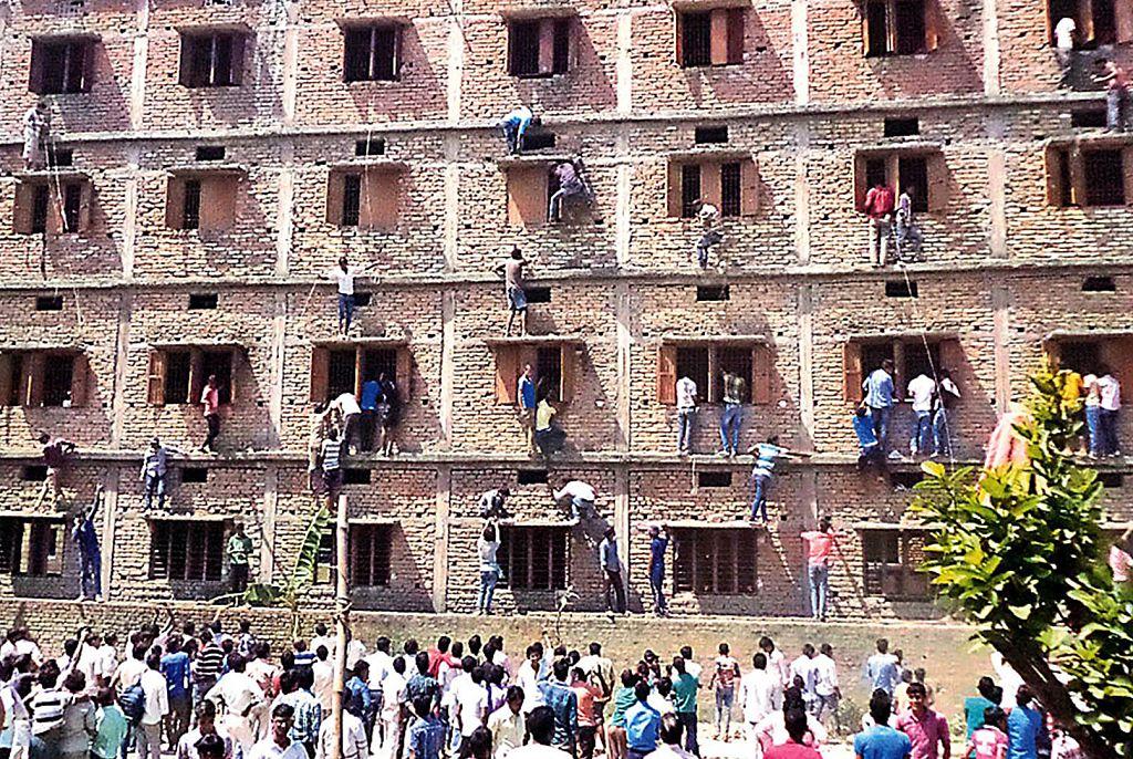 防舞弊 印度學生頭套紙箱應試 校方挨轟