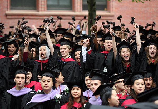 特朗普強調,歡迎所有想要來美國的中國留學生,美國不會區別對待中國學生。圖為哈佛大學畢業典禮。(Robert Spencer/Getty Images)