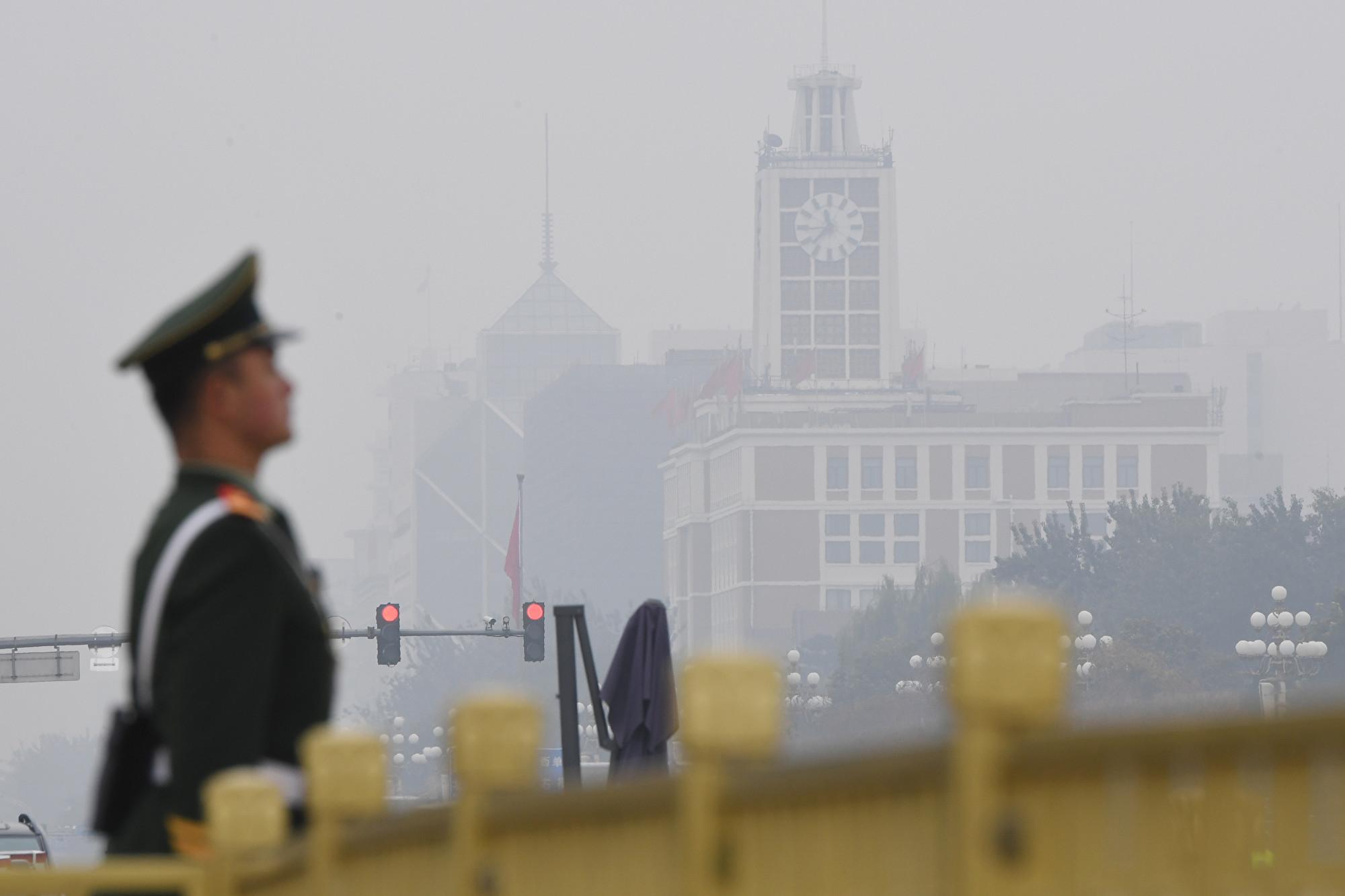 美國作家戈裏(James Gorrie)在英文大紀元撰文說,中共建政70年來所施行的共產主義帶給人民無盡的苦難。圖為2017年10月25日,北京天安門廣場上的一名衛兵。(GREG BAKER/AFP/Getty Images)
