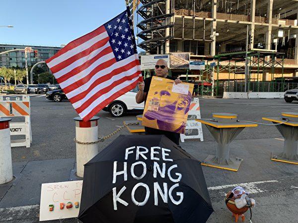 現場支持香港的球迷Steve。(姜琳達/大紀元)
