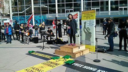 2019年9月29日,加拿大香港之友召集人辛智芬(Fenella Sung)在溫哥華「全球抗暴、對抗極權」集會上發言。(李樂/大紀元)