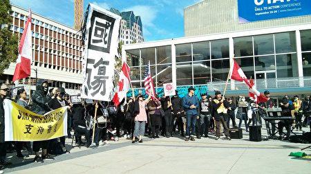 2019年9月29日,溫哥華2000多人在伊利沙伯女王劇院廣場舉行「全球抗暴、對抗極權」集會。(李樂/大紀元)
