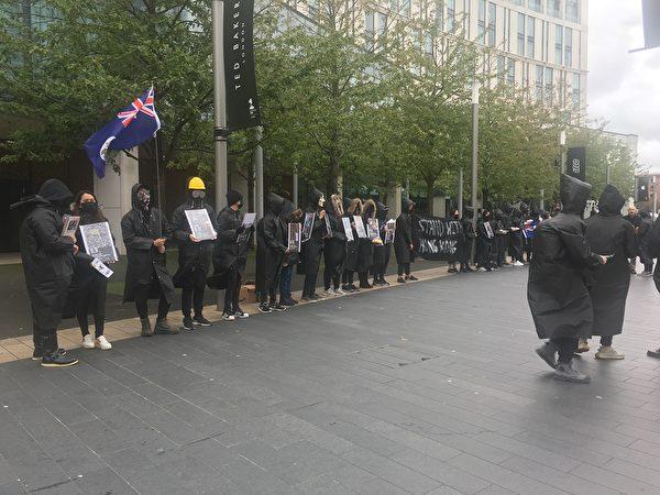 10月6日,香港留學生在利物浦舉行集會活動,聲援在香港為民主自由而抗爭的香港民眾,並表示「五大訴求,缺一不可」。(陸漫/大紀元)