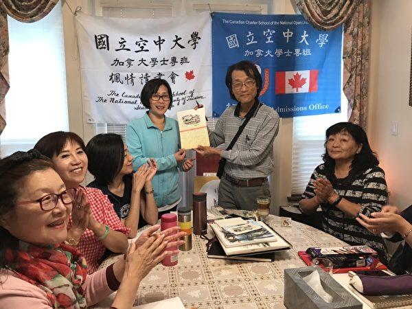 图:空中大学加拿大学士专班定期举办枫情读书会,大家共享学习乐趣。(空中大学加国专班提供)