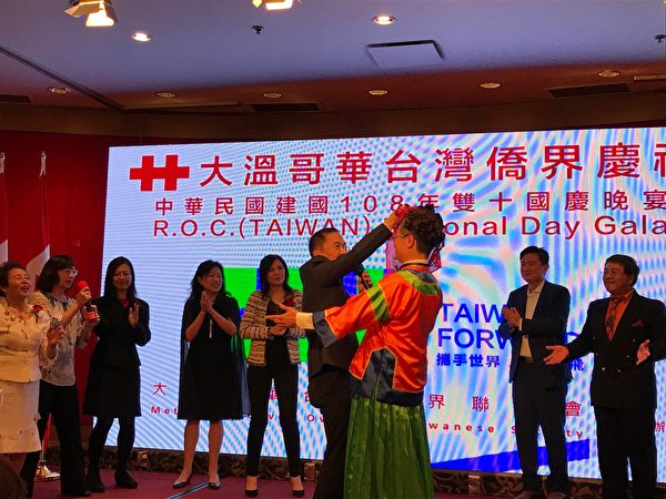 圖:台灣大學溫哥華校友會,參加「慶祝中華民國108 年國慶晚宴」的演出,贏得滿堂喝彩。(邱晨/大紀元)