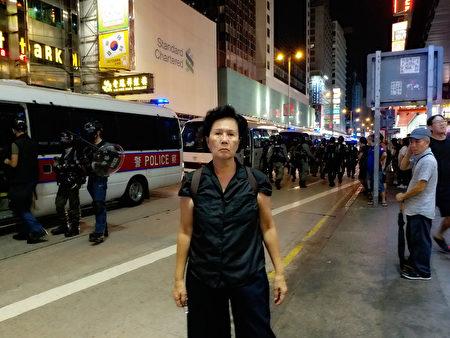 林鄭月娥9月4宣佈《禁蒙面法》,9月5日市民上街反對直至深夜。圖中是旺角彌敦道,馮女士說,「我等防暴隊走了再回家!」(受訪者提供)