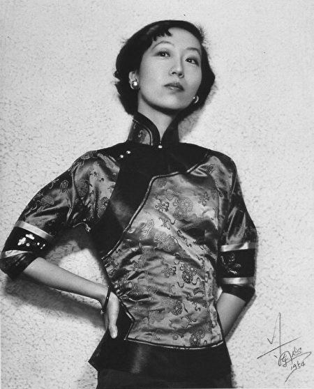 張愛玲1954年攝於香港。(公有領域)
