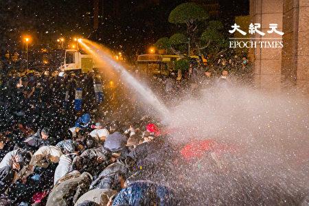 太陽花學運期間,警方強制驅離在行政院前靜坐抗議的民眾。台北地院判台北市警局賠百萬,內政部長徐國勇表示尊重、支持上訴。圖為資料照。