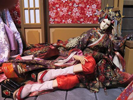 艺伎系列各个长相造型不同,服饰做工精细考究,采用昂贵进口布料、日本饰品、仿多层次和服造型,每件偶衣需耗时1个月以上制作,偶头刻工、粉底皆逼近真人彩妆,栩栩如生。