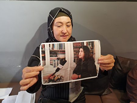 古力巴哈表示,一位43岁的古里巴尔(图中照片)是当地家喻户晓的作家、大律师,只因为中共在她手机发现了一位宗教领袖的电话号码,就把她关入新疆集中营。