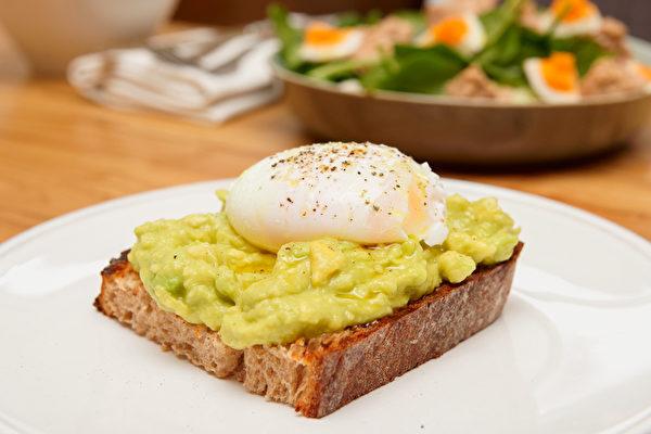 酪梨的料理手法十分丰富,可以做成酪梨酱涂抹在吐司上食用。(Shutterstock)